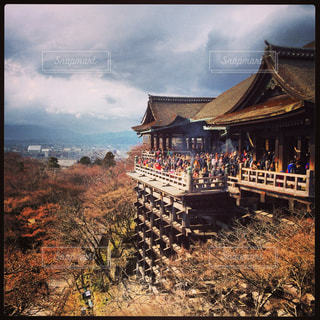 清水寺を背景に未舗装の道路を旅する人々のグループの写真・画像素材[3185417]