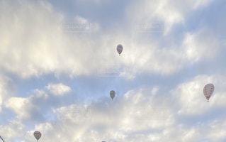 気球の飛ぶ空の写真・画像素材[3180602]