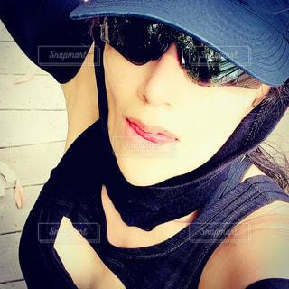 黒い帽子をかぶった女性の写真・画像素材[3180662]