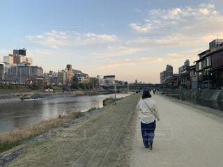 通りを歩いている男女の写真・画像素材[3179876]