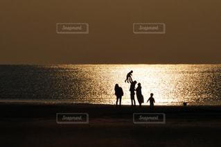 美しい海岸の風景と家族の写真・画像素材[3181242]
