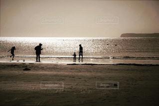 海岸で過ごす家族の風景の写真・画像素材[3183024]
