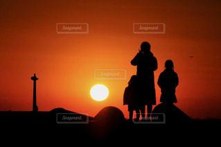 夕暮れの海岸と家族の風景の写真・画像素材[3183861]