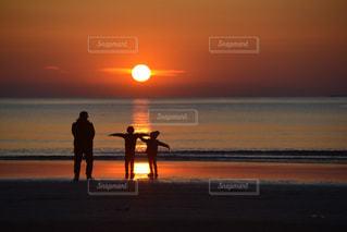 夕暮れの海岸と家族の写真・画像素材[3225736]