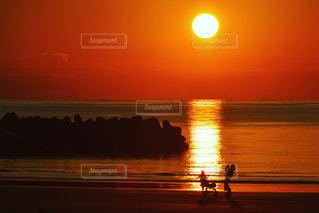 美しい海岸の夕暮れと家族の写真・画像素材[3235615]