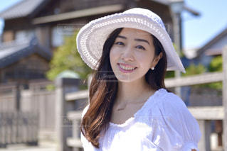 帽子をかぶって微笑む美しい女性の写真・画像素材[3261698]