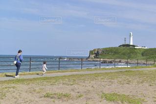 晴れた日の犬吠埼の海岸を歩く親子の写真・画像素材[3302445]