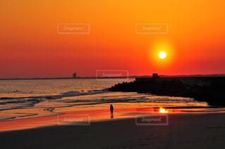 夕暮れの海岸と少女の写真・画像素材[3303329]