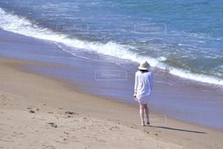 海岸の波打ち際を歩く女性の写真・画像素材[3309755]