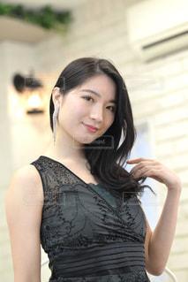 ドレスを着た美しい女性の写真・画像素材[3318927]