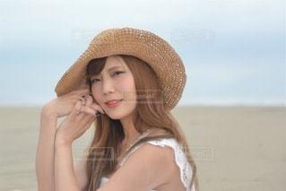ビーチにてポーズをとる若い女性の写真・画像素材[3472691]