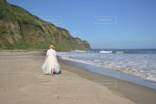 ビーチを散歩する若い女性の写真・画像素材[3515002]