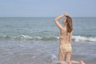 水の体の隣に立っている女性の写真・画像素材[3581434]