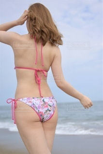 ビーチでポーズをとる水着女性の写真・画像素材[3584118]