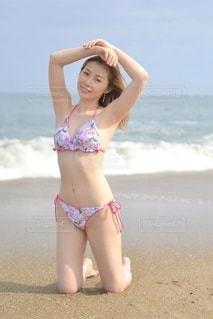 ビーチでポーズをとる水着女性の写真・画像素材[3585452]