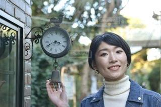 駅のホームで微笑む若い女性の写真・画像素材[3916913]