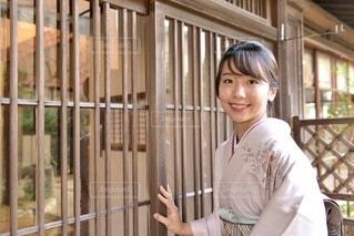 玄関前で微笑む若く美しい着物女性の写真・画像素材[3986391]