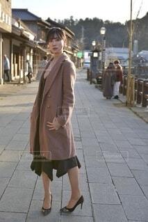 小江戸佐原の町並みでポーズをとる若い女性の写真・画像素材[4065138]