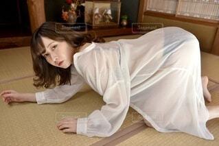 和室にて下着姿でポーズをとる若く美しい女性の写真・画像素材[4121248]