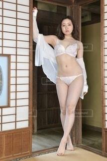 和室にてポーズをとる白いランジェリー姿の若い女性の写真・画像素材[4161730]