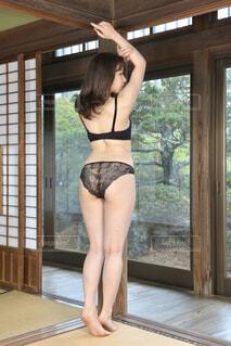 和室でポーズをとる黒いランジェリーを着た若い女性の後ろ姿の写真・画像素材[4246124]