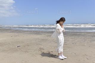 浜辺に立っている少年の写真・画像素材[4382723]
