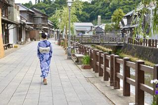 小江戸佐原の町並みと散歩する浴衣姿の若い女性の写真・画像素材[4565369]