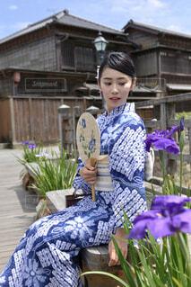 古民家佐原の町並みと浴衣姿の若い女性の写真・画像素材[4565372]