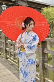 小江戸佐原の町並みと和傘をさす浴衣姿の若い女性の写真・画像素材[4597924]