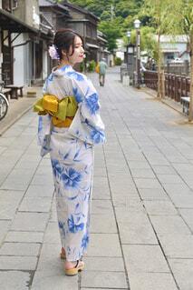 小江戸佐原の町並みと散歩する浴衣姿の女性の後ろ姿の写真・画像素材[4613363]