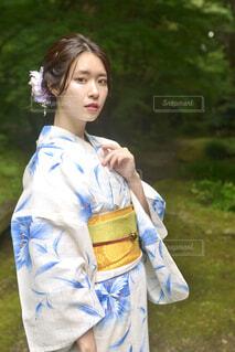 新緑の神社の境内と美しい浴衣姿の若い女性の写真・画像素材[4619553]