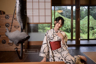 正座して座り浴衣を着て微笑む若く美しい女性の写真・画像素材[4629894]
