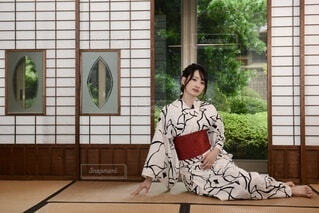 和室にたたずむ浴衣姿の若く美しい女性の写真・画像素材[4631200]