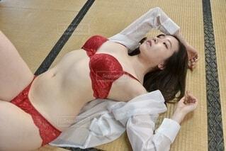 畳の上に横たわるランジェリー姿の若い女性の写真・画像素材[4650790]