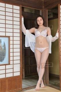 和室にて立ちポーズをとる白いランジェリー姿の若い女性の写真・画像素材[4660288]