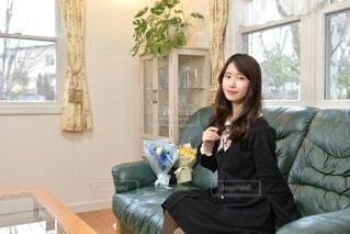 リビングのソファーに座り微笑む若く美しい女性の写真・画像素材[4791051]