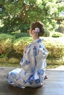 和室の縁側にて浴衣を着た若い女性の後ろ姿の写真・画像素材[4823756]