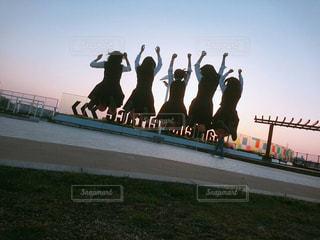 (青春)空中に飛び込む女子高生グループの写真・画像素材[3181658]