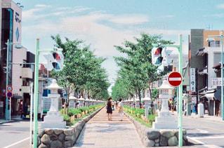 街の通りを歩いている人の写真・画像素材[727105]