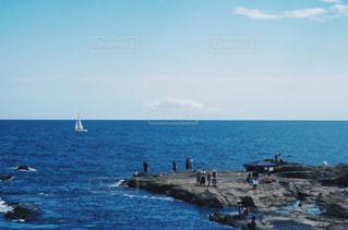 水の体の近くのビーチの人々 のグループの写真・画像素材[727106]