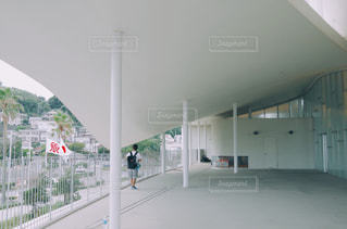建物の前に立っている人々 のグループの写真・画像素材[727112]