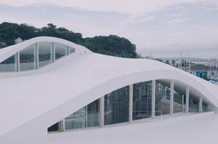 大きな白い建物の背景の山にの写真・画像素材[727114]