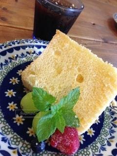 皿の上のケーキの写真・画像素材[3188107]