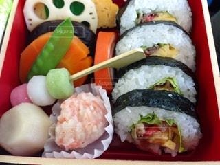 寿司で満たされたプラスチック容器のクローズアップの写真・画像素材[3201362]