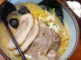 皿の上に食べ物のボウルの写真・画像素材[3214170]
