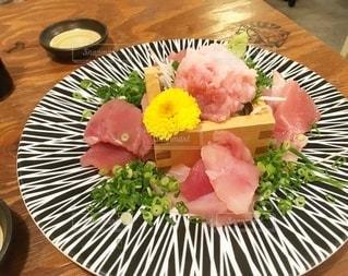 木製のテーブルの上に食べ物の皿の写真・画像素材[3239839]