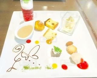 食べ物の皿をテーブルの上に置くの写真・画像素材[3251167]
