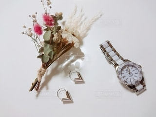 テーブルの上に花の花瓶の写真・画像素材[3300602]