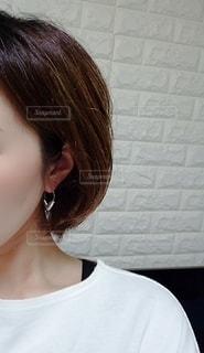 白いシャツを着た女性の写真・画像素材[3328454]