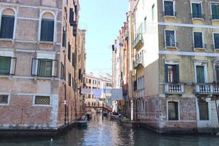 街の通りを流れる川の写真・画像素材[3184614]